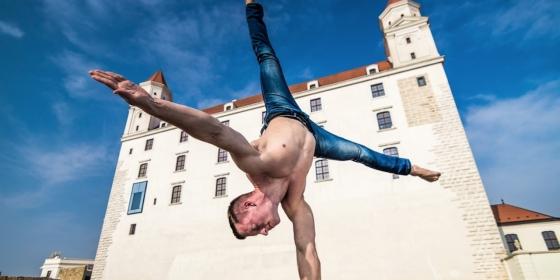 na fotke je akrobatický umelec Richard Simoník - Stella Production