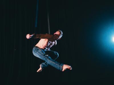 na fotke je akrobat Richard Simoník, biznis portrét - Stella Production
