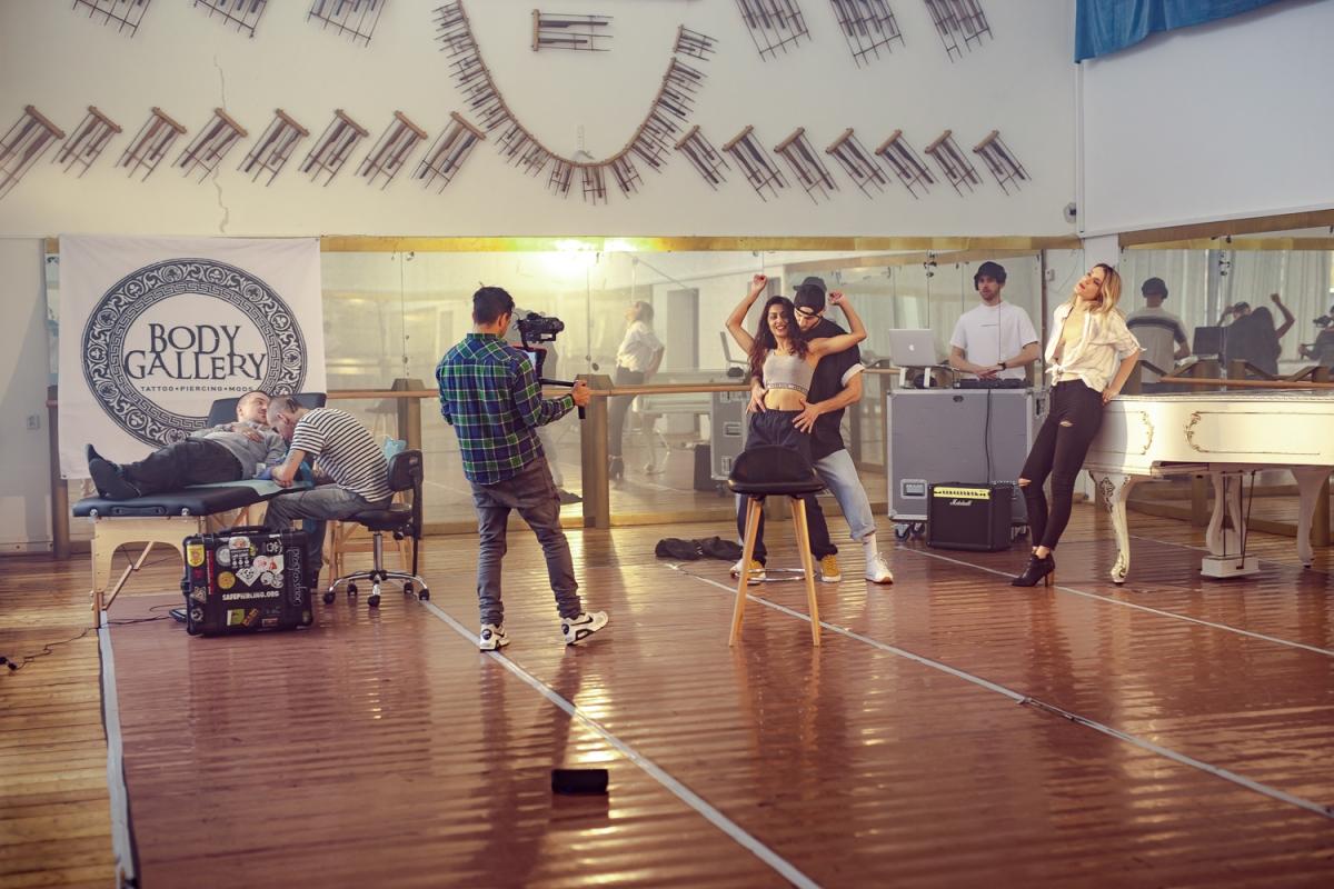Lea Danis z natacania videoklipu Closer