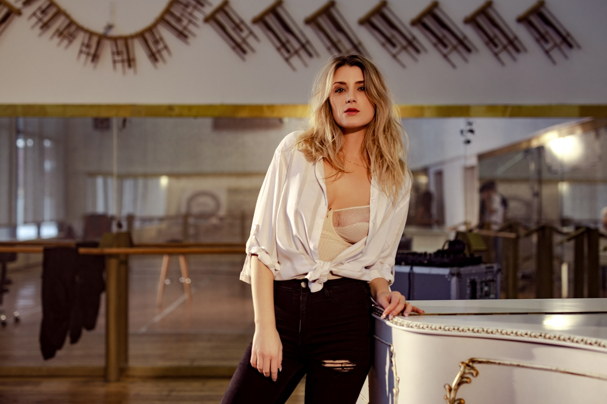 speváčka Lea Danis vo videoklipe Closer