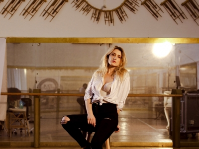 Speváčka Lea Danis vo vodeoklipe Closer